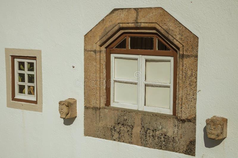Oszklony okno z dekoracyjnego kamienia ramą w Marvao zdjęcie stock