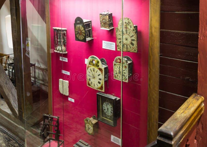 Oszklony stojak z antykwarskim dekoracyjnym zegarem w Zegarowy wierza w kasztelu stary miasto Sighisoara miasto w Rumunia obraz royalty free