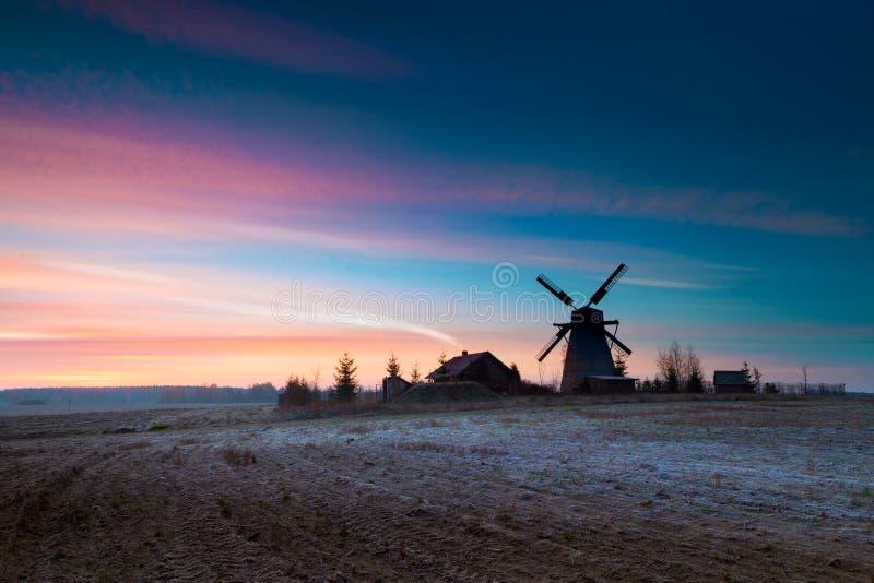 Oszroniejący jesieni wschód słońca blisko Dudutki wioski, Minsk region, Białoruś zdjęcie royalty free