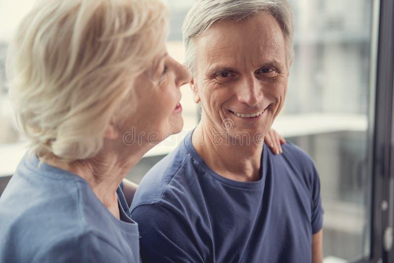 Oszroniony mężczyzna i kobieta ma szczęśliwą starczość obraz royalty free