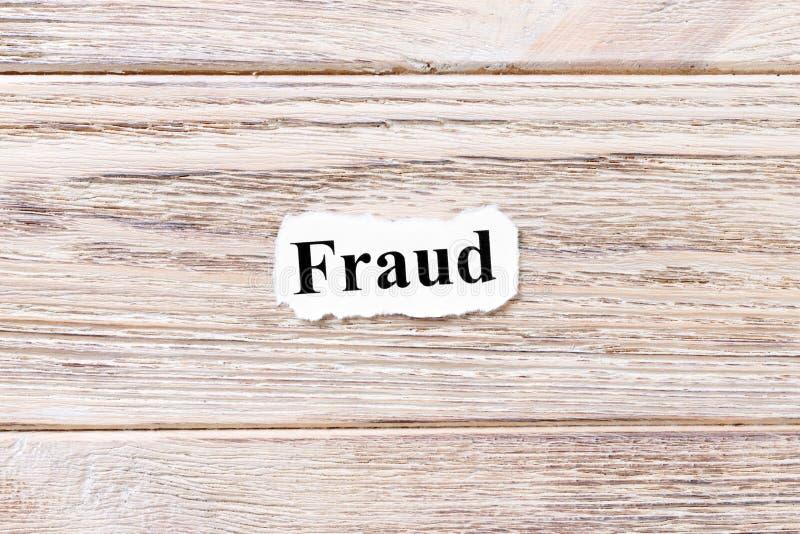 Oszustwo słowo na papierze Pojęcie Słowa oszustwo na drewnianym tle obrazy royalty free