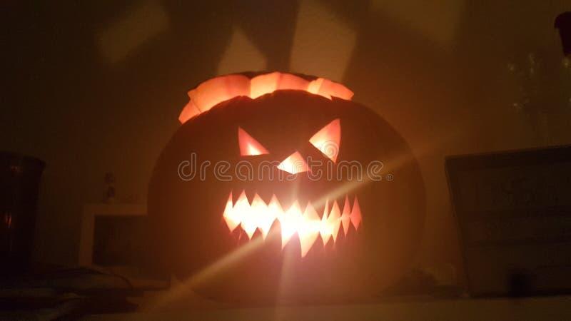 otäckt halloween-pumpa med ljuseffekt arkivfoton
