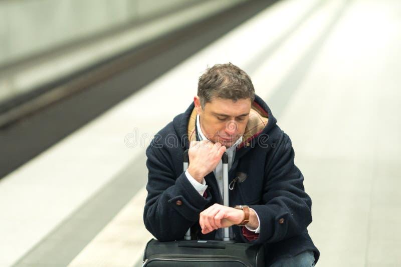 Otålig man på stationen royaltyfri fotografi