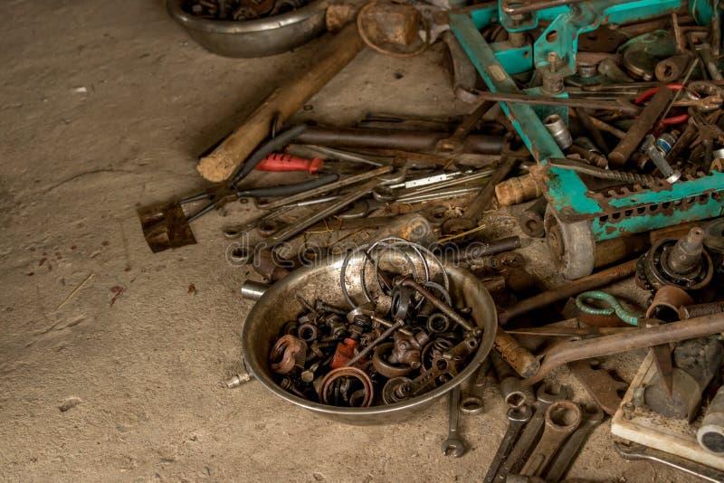 Otłuszczeni narzędzia na Brudnej Betonowej podłodze - rocznika Wazeliniarski Toolbox obraz stock