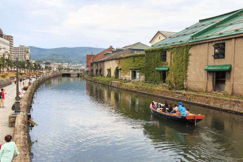 Otaru, canal historique et warehousedistrict au Hokkaido, Japon, avec beaucoup de touristes marchant par images libres de droits