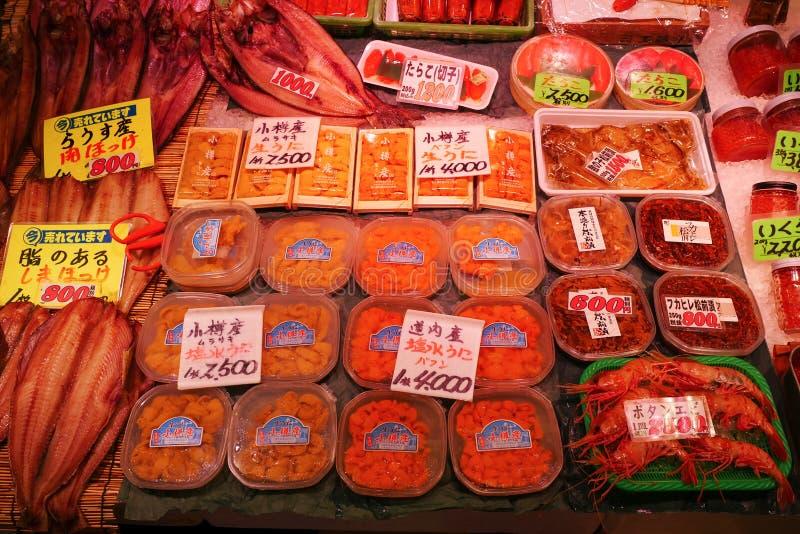 Otaru, Japão - 26 de julho de 2017: Vários ingredientes do marisco no destino popular local do turista do mercado de peixes fotografia de stock