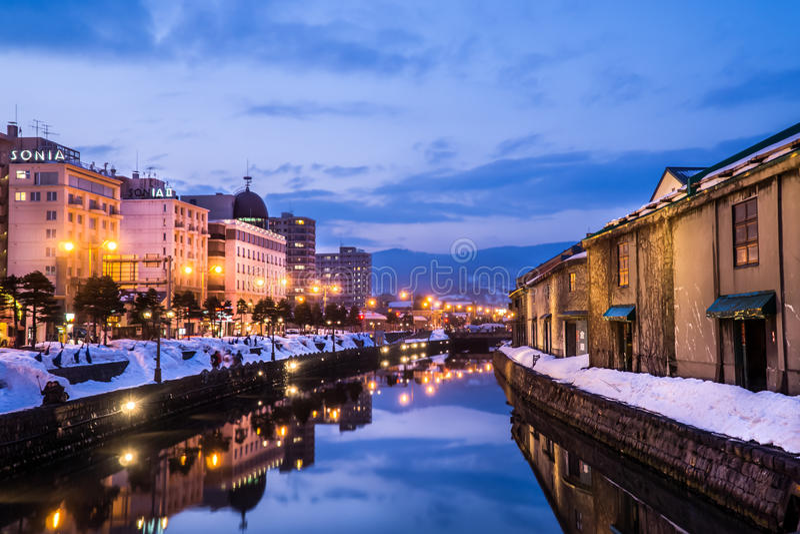 Otaru kanal, Sapporo i vintern på skymning royaltyfri foto