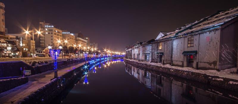 Otaru, reflekterad byggnad och ljus på floden med snö royaltyfria foton