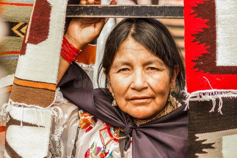 OTAVALO, ЭКВАДОР - 17-ОЕ МАЯ 2017: Закройте вверх неопознанной испанской индигенной женщины нося андийское традиционное стоковые изображения
