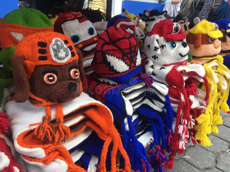 Otavalo, Ecuador, 28-6-2019: Hoeden in de vorm van spiderman en honden voor verkoop bij een markt in Ecuador royalty-vrije stock fotografie