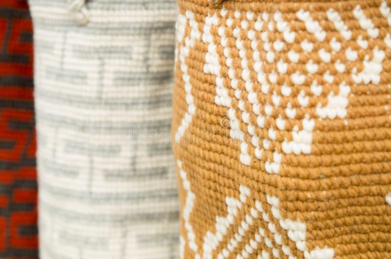 OTAVALO, ECUADOR - 17 MAGGIO 2017: Bello filato tradizionale andino dell'abbigliamento e tessuto a mano in lana, variopinta immagini stock libere da diritti