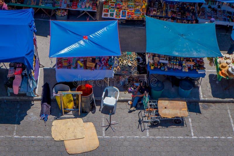 OTAVALO, ECUADOR, 06 NOVEMBER, 2018: Boven mening van hutten in de straatmarkt worden gevestigd in de stad van Otavalo die royalty-vrije stock afbeeldingen