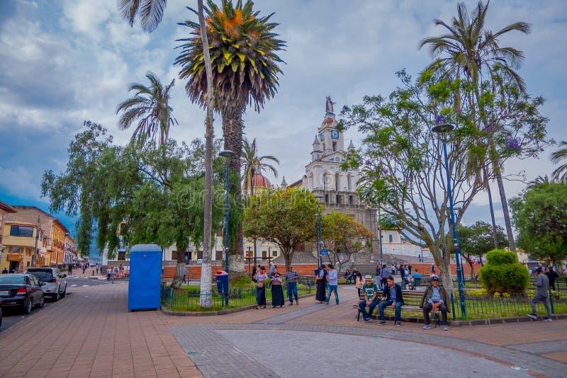 OTAVALO, EKWADOR, LISTOPAD 06, 2018: Niezidentyfikowani ludzie chodzi przed Matriz kościół w Calderon parku, Cotacachi zdjęcie stock