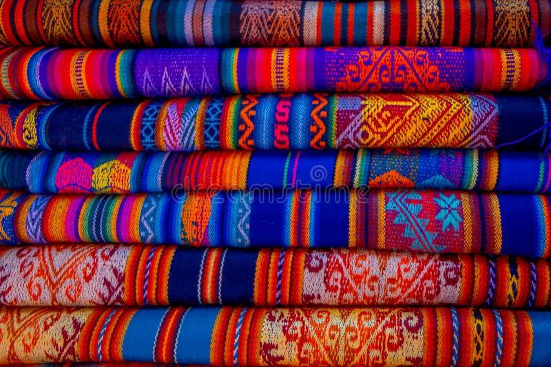 OTAVALO, EQUADOR, O 6 DE NOVEMBRO DE 2018: As telas andinas típicas vendidas no mercado dos artesanatos de Otavalo, Equador imagens de stock
