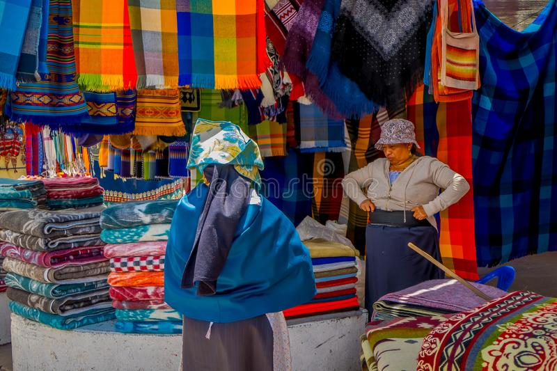 OTAVALO, EQUADOR, O 6 DE NOVEMBRO DE 2018: Opinião exterior indígenas latino-americanos em um mercado de rua em Otavalo imagens de stock