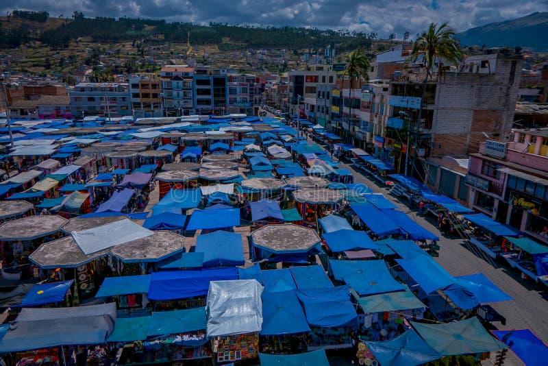 OTAVALO, EQUATEUR, LE 6 NOVEMBRE 2018 : Vue extérieure ci-dessus de beaucoup de huttes situées dans le marché en plein air dans O photo libre de droits