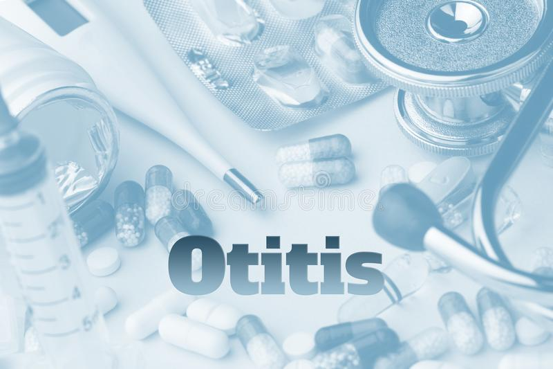Otitis - diagnose op achtergrond wordt geschreven die Spuit en vaccin met drugs stock foto