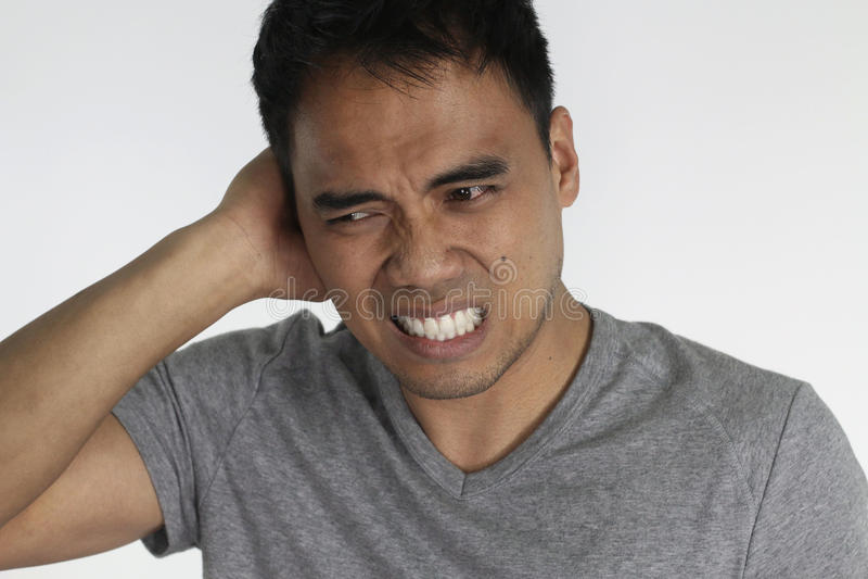 Otitis - jeune homme avec une infection d'oreille images stock