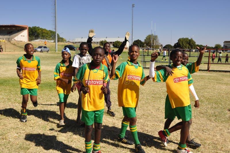 Otjiwarongo: Alumnos de Namib que juegan a fútbol en una competencia fotos de archivo libres de regalías