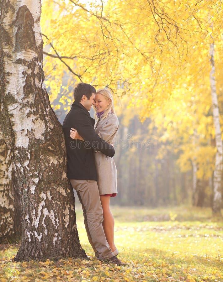 Otoño, amor, relaciones y concepto de la gente - par feliz foto de archivo