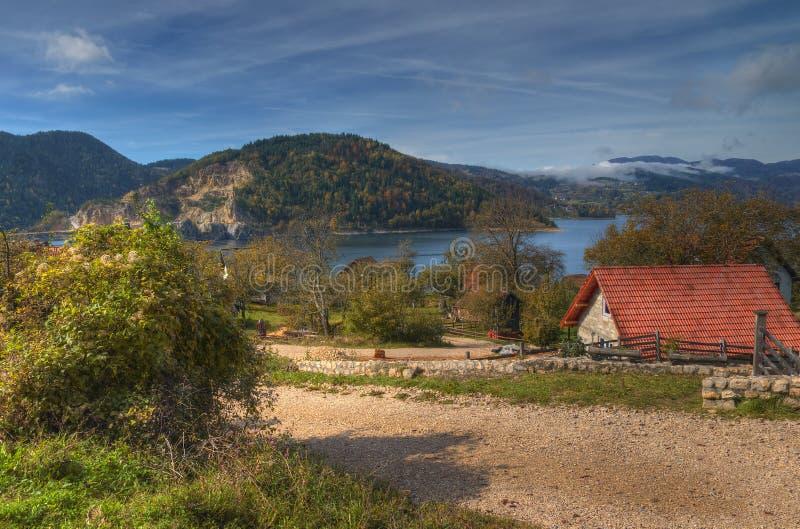 Otoño cerca del lago Zaovine, Serbia occidental foto de archivo