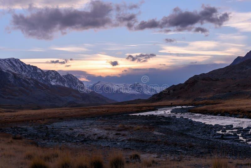 Otoño de la puesta del sol del cielo del río de las montañas imagen de archivo libre de regalías