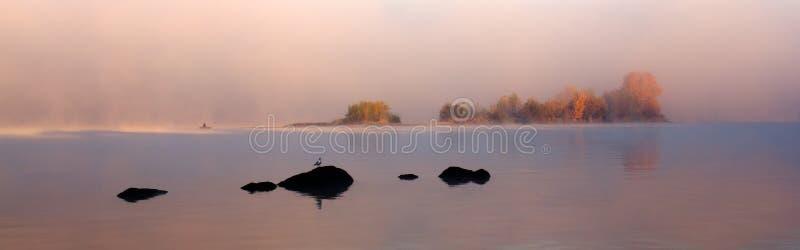 Otoño de niebla del puesto avanzado imagenes de archivo