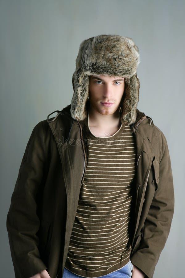 Otoño del marrón del hombre joven del sombrero de la manera del invierno de la piel imagen de archivo