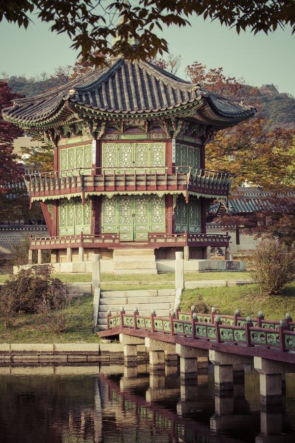 Otoño en el palacio de Gyeongbokgung en Seul, Corea fotografía de archivo
