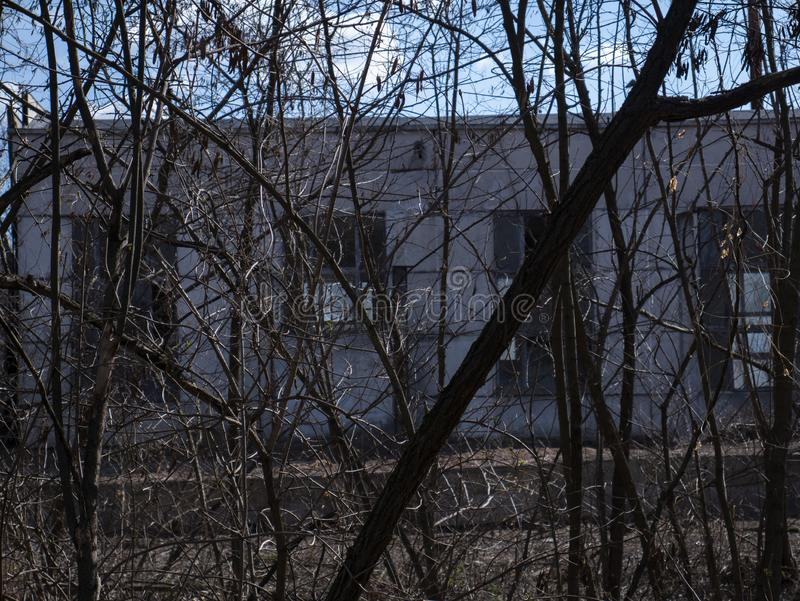 Otoño en la zona de la exclusión Zona de la alta radiactividad Como un desastre de Chernóbil Pueblo fantasma de Pripyat ucrania foto de archivo