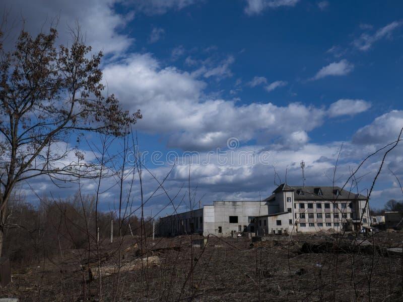 Otoño en la zona de la exclusión Zona de la alta radiactividad Como un desastre de Chernóbil Pueblo fantasma de Pripyat ucrania imagen de archivo