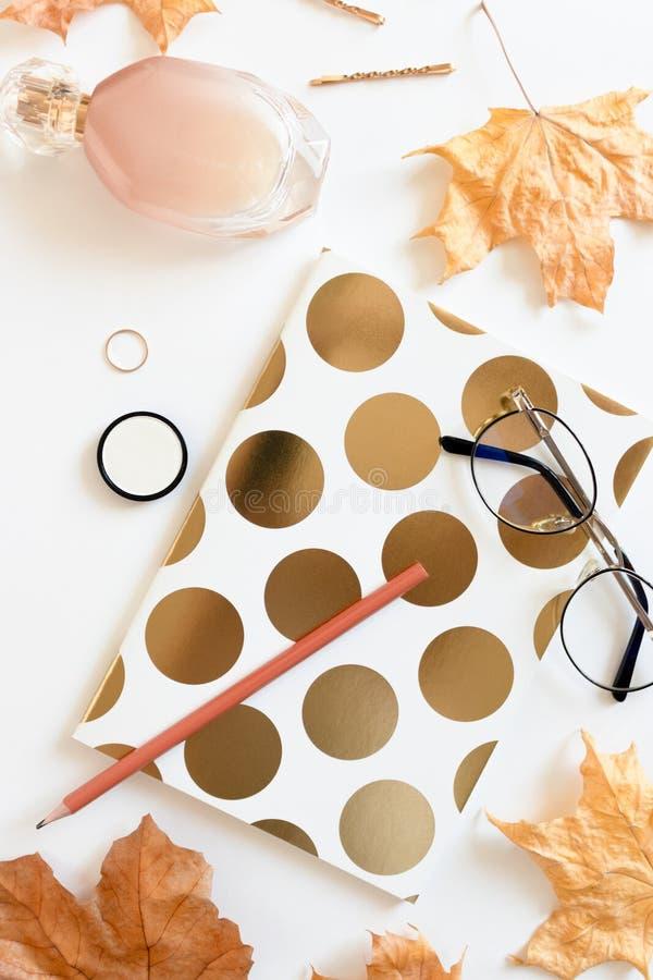 Otoño flatlay del cuaderno, cosméticos, vidrios, hojas de arce secadas fotos de archivo libres de regalías