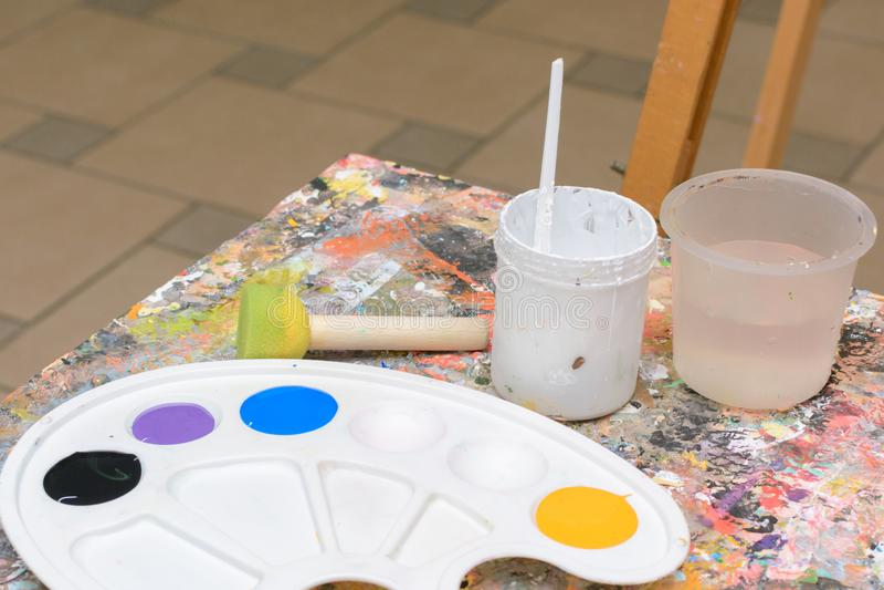 Otoño hermoso Pinturas y paleta en el caballete Borlas y cubo de agua Dibujo principal de la clase para los niños y fotografía de archivo libre de regalías
