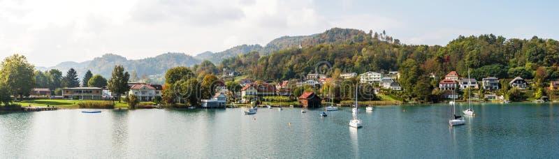 Otoño hermoso Wörthersee panorámico, Ã-sterreich Pequeña ciudad y yates en la orilla austria imagen de archivo libre de regalías