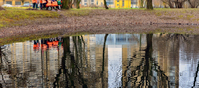 Otoño leaves2 de la limpieza Los trabajadores, rastrillando se van en la orilla del th foto de archivo libre de regalías