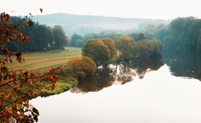 Otoño sobre el río foto de archivo