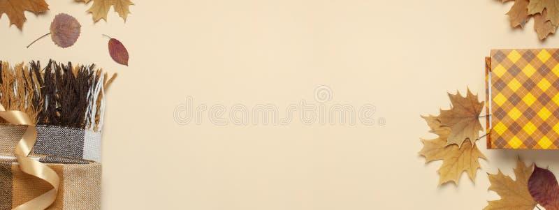 Oto?o, concepto de la ca?da La bolsa de papel anaranjada comprobada del regalo, tela escocesa combinada acogedora caliente, otoño imagen de archivo