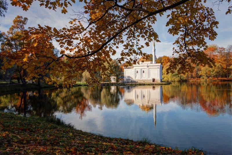 Oto?o de oro en el parque de Catherine, Tsarskoye Selo La ciudad región de Pushkin, Leningrad Vista del pabellón del baño turco imagenes de archivo