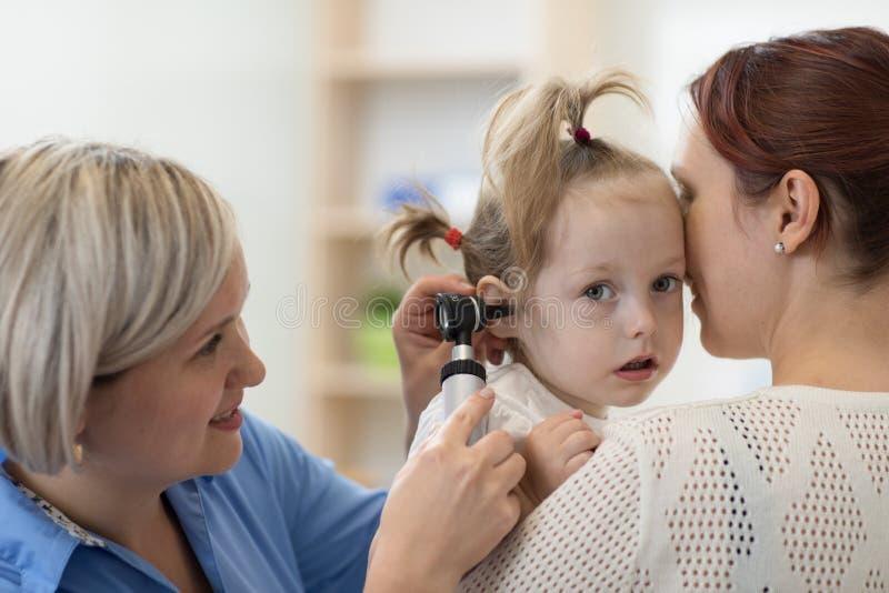 Oto-rhino-laryngologiste du ` s d'enfant faisant l'examen d'oreille de peu d'enfant photos libres de droits