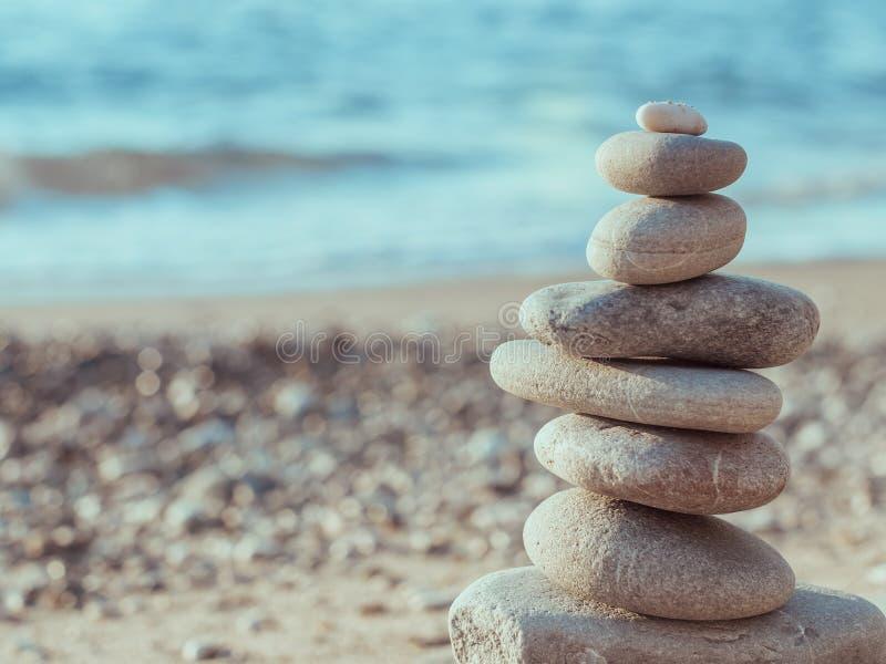 Otoczak basztowa pozycja na lewicie na dennej plaży zdjęcie royalty free