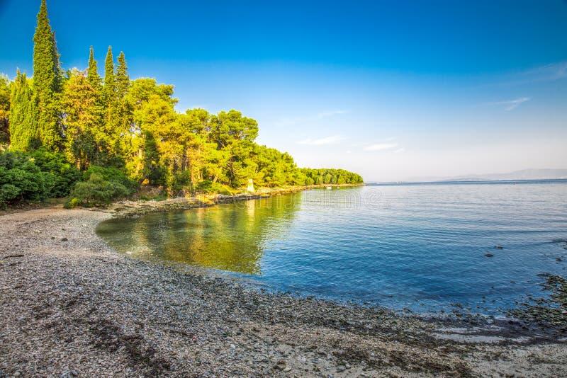 Otoczak plaża na Brac wyspie z turkusu jasnego oceanu wodą, Supetar, Brac, Chorwacja fotografia stock