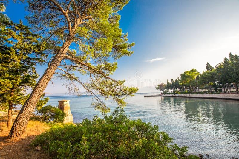 Otoczak plaża na Brac wyspie z turkusu jasnego oceanu wodą, Supetar, Brac, Chorwacja obraz stock