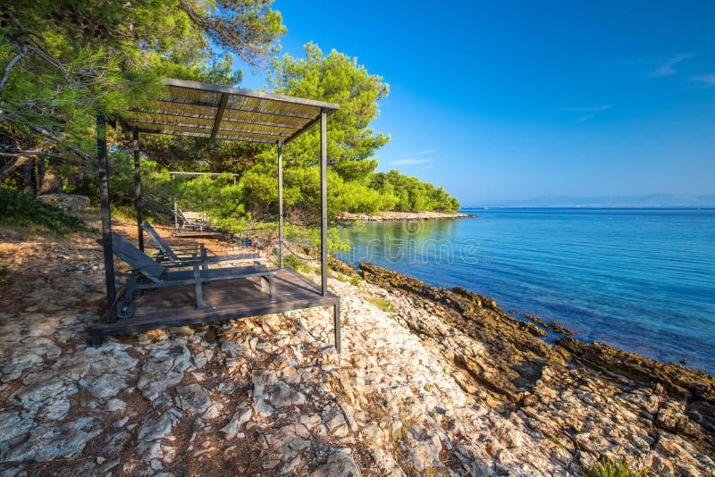 Otoczak plaża na Brac wyspie z turkusu jasnego oceanu wodą, Supetar, Brac, Chorwacja obrazy royalty free