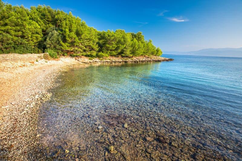Otoczak plaża na Brac wyspie z turkusu jasnego oceanu wodą, Supetar, Brac, Chorwacja zdjęcie royalty free