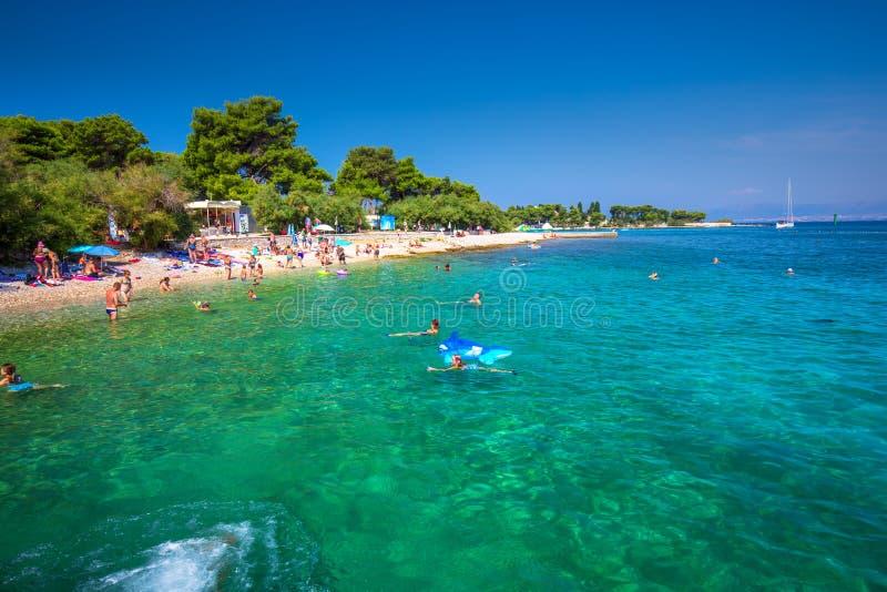 Otoczak plaża na Brac wyspie z turkusu jasnego oceanu wodą, Supetar, Brac, Chorwacja obraz royalty free