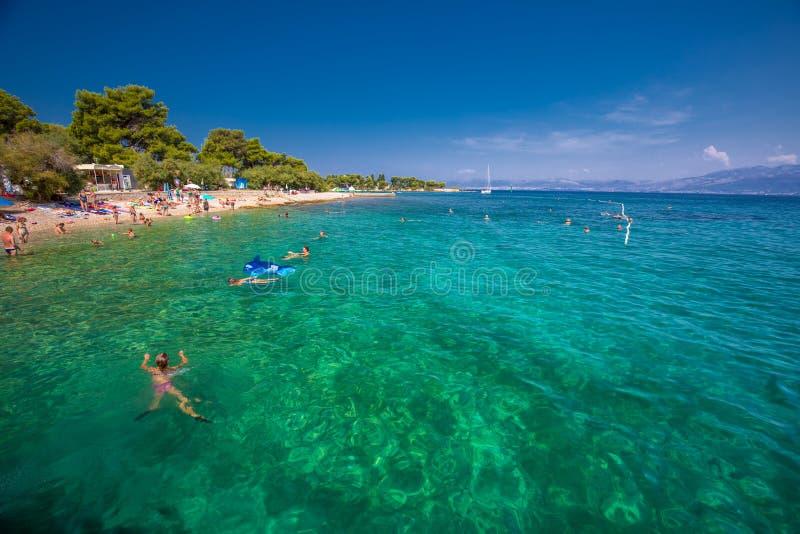 Otoczak plaża na Brac wyspie z turkusu jasnego oceanu wodą, Supetar, Brac, Chorwacja fotografia royalty free