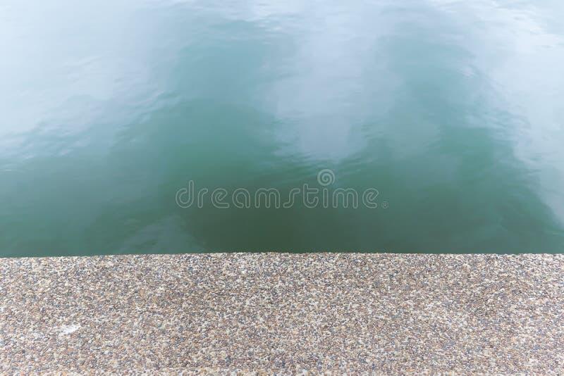 Otoczaka kamienia textured podłoga obok rzeki Deseniowy podłogowy przedstawienie jako bezszwowy tło zdjęcia royalty free