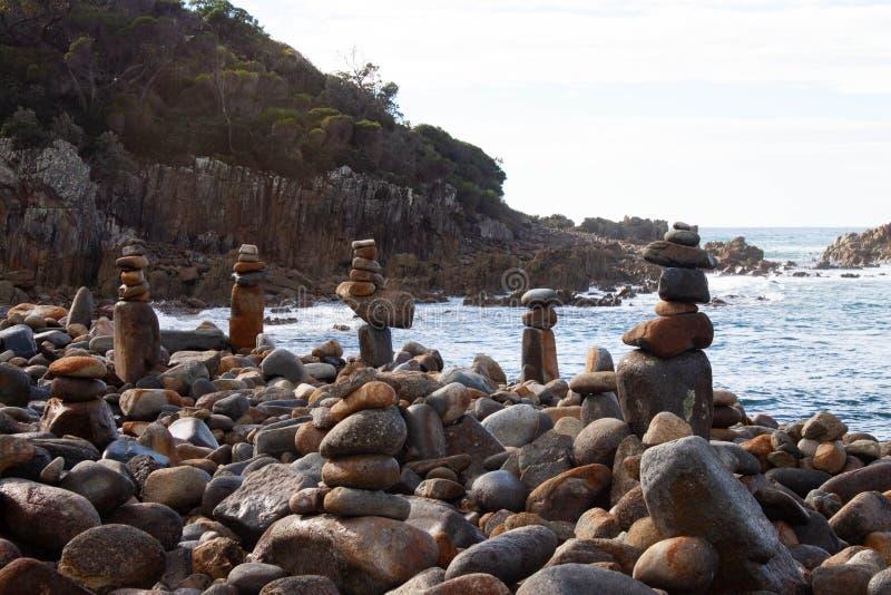 Otoczaka plażowy artystyczny widok z skałami obrazy stock