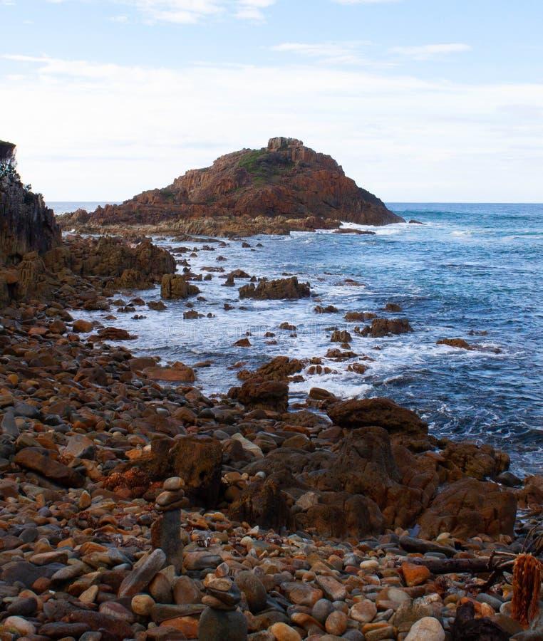 Otoczaka plażowy widok z skałami zdjęcie stock