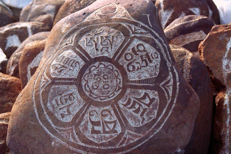 Otoczaki od świętego Jeziornego Manasarovar z hieroglifami i główny Buddyjski mantry ` Om Mani Padme Nucą ` obrazy royalty free